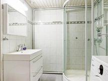 Kylpyhuoneessa suihkukaappi, wc, myös pyykinpesukone mahtuu hyvin