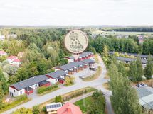 Taloyhtiö koostuu kolmesta rakennuksesta, yhteensä 17 asuntoa.