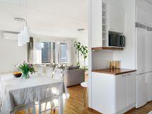 Keittiö ja olohuone ovat avara kokonaisuus.
