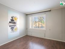 Makuuhuoneen yhteydessä on vaatehuone, joka jää kuvassa oikealle.