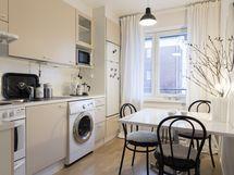 Keittiöön mahtuu hyvin viidelle ruokailuryhmä, kokkaustilat, pesukone.