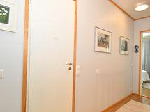 Yläkerran eteisaulasta käynti sauna osastolle
