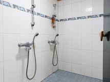 Pesuhuone 2 suihkulla, kokonaan laatoitettu