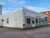 Kohde sijaitsee aivan Kyrön keskustan tuntumassa. Naapuritalosta löytyy mm. lounaspaikka.