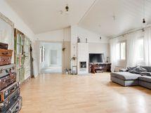 Olohuone on reilun kokoinen ja varustettu poikkeavalla huonekorkeudella