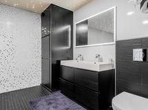 Alakerran kylpyhuone ja wc
