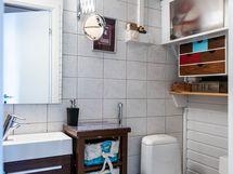 Erillinen wc eteisen ja keittiön välissä