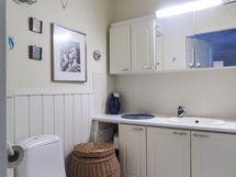 Erillinen wc, jossa runsaasti säilytystilaa