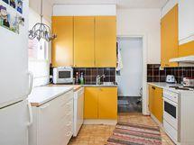 Raikas ja valoisa keittiö.