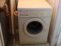 Kylpyhuoneeseen mahtuu hyvin iso pyykinpesukone.