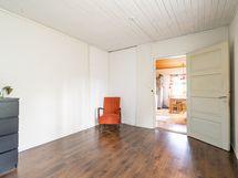 Kuva alakerran makuuhuoneesta (2)