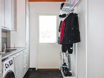 Kodinhoitohuoneen yhteydessä käytännöllinen kuraeteinen, joka remontoitu 2007-2008.