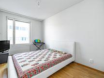 Makuuhuone 1 pohjoiseen / Bedroom 1 facing north