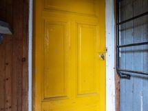 ovi varastoon saunan eteisesttä