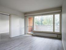 Tilava olohuone muuntuu moneksi.