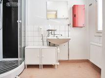 Kylpyhuoneeseen on lisätty suihkukaappi, joka pitää roiskevedet loitolla ja tilan kuivana.
