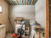 kylpyhuoneen seinät tasoitettu