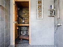 Pesuhuoneen tyylikkään harmaansävyisiä pintoja.