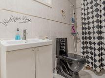 wc:n yhteydessä suihku
