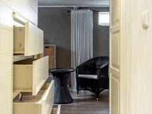 Kellarin portaikon alle on kekseliäästi häivytetty säilytyslaatikosto.