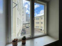 Näkymät huoneiston ikkunasta sisäpihalle