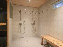 pesuhuone kahdella suihkulla