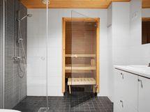 Tilava kylpyhuone/wc sekä oma sauna tietenkin