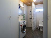 Alakerran pesuhoneessa on mukavasti tilaa myös pyykkihuollolle.