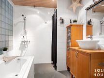 Todella tilava kylpyhuone