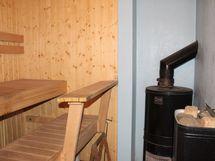 Sauna lämpeää sekä puulla että sähköllä.