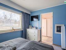 Makuuhuone 2:n yhteydessä on tilava vaatehuone