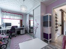 Työhuone / makuuhuone olohuoneen vieressä