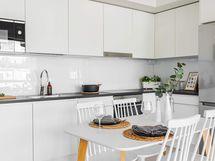 Valokuva esittelyasunnon keittiöstä A14