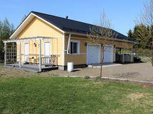 Talousrakennus jossa 4 varastoa, 2 autotallia ja 2 autokatosta