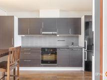 Tyylikäs harmaa keittiö Bosch-kodinkoneilla