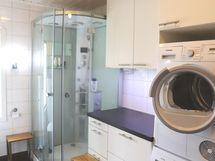 Kodinhoitohuoneen yhteydessä suihkukaappi