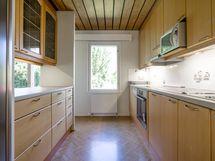 Keittiö kuva keittiön olohuoneesta päin.