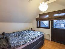 Toinen yläkerran makuuhuone, josta käynti parvekkeelle