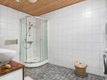 Yläkerran kylpyhuone ja kodinhoitotila