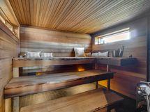 Erillisen saunarakennuksen sauna.