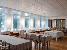 Alakerran suuri ja valoisa ruokasali