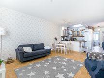 Olohuone ja keittiö muodostavat yhteinäisen valoisan tilan.