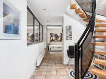 Eteistä ja portaat yläkertaan