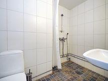 Laatoitettu kylpyhuone.