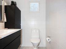 Tilava erillinen wc. Toinen wc-istuin löytyy kph yhteydestä
