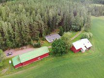 Kohteeseen kuuluu metsä, pelto ja talouskeskus.