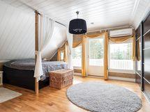 Yläkerran iso makuuhuone, josta käynti parvekkeelle