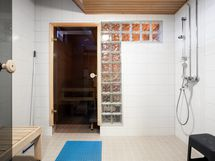 Taloyhtiön saunan pesuhuoneelta kuvaa.