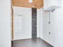 Pesuhuoneen suihku, varaajan alle mahtuu pesutorni