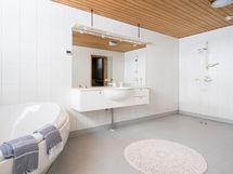 Kylpyhuone, jossa poreamme ja kaksi suihkua